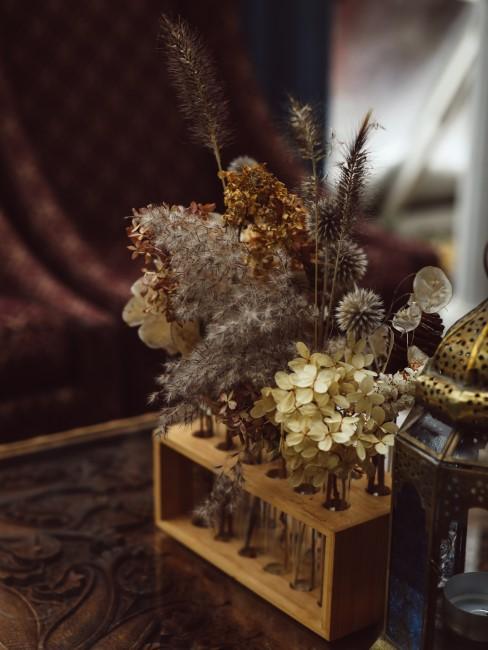 getrocknete Blumen in Vasen