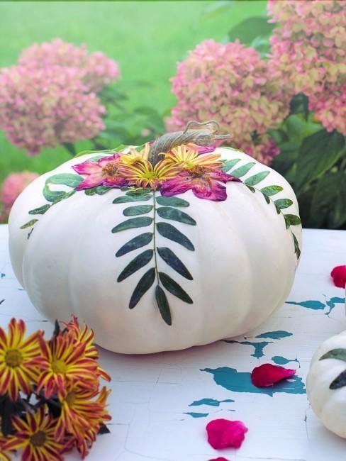 verzierter Kürbis als Herbstdeko für draußen