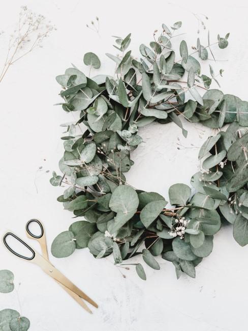 Herbstdeko für draußen Türkranz DIY mit Eukalyptus