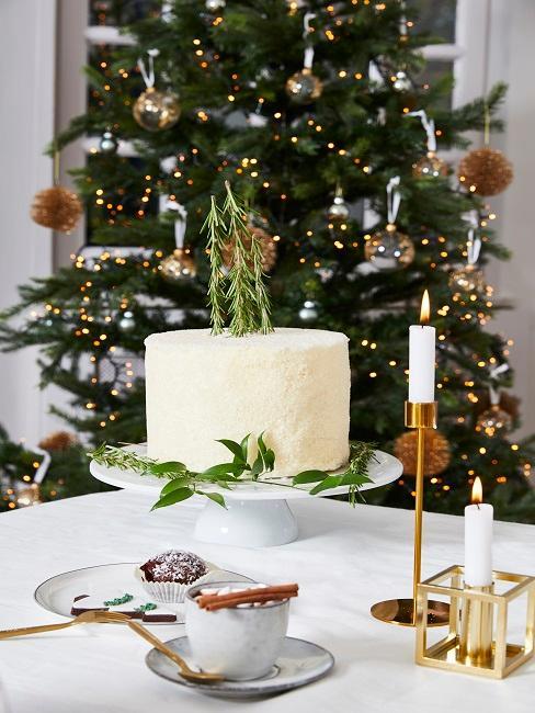 Kuchen auf einem Tisch mit Weihnachtsdeko