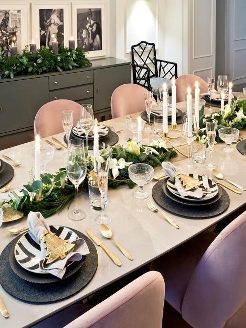 Gedeckter Marmortisch mit Kerzen