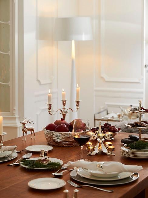 Esstisch mit Kerzenhalter und Rentierdeko