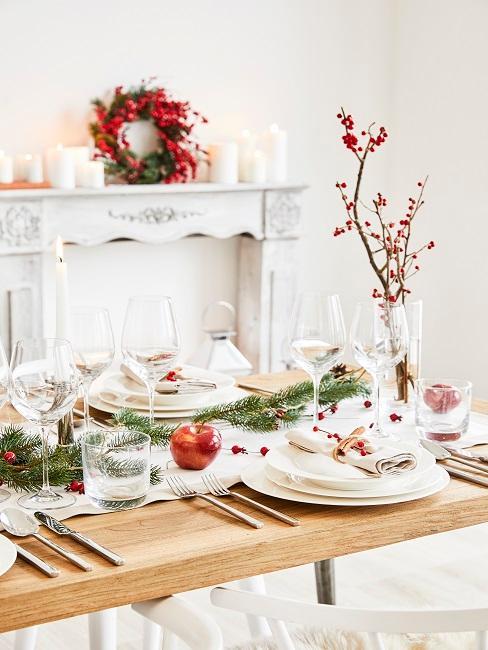 Esstisch mit simpler Weihnachtsdeko