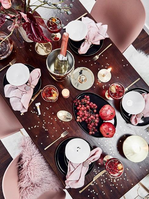 Esstisch mit roter Weihnachtsdeko
