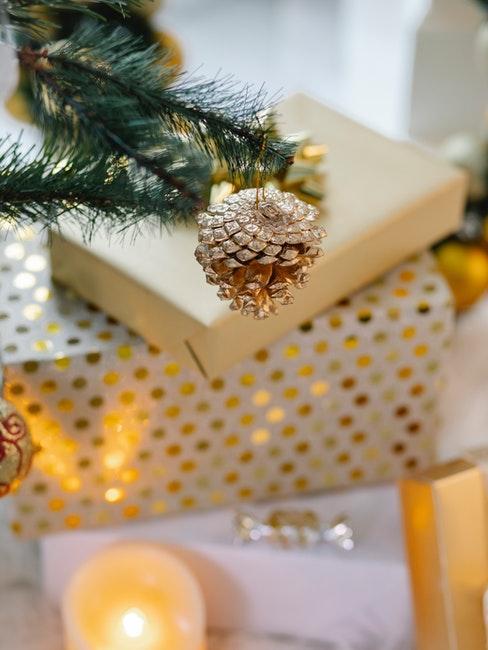 Goldene Tannenzapfen Deko am Baum