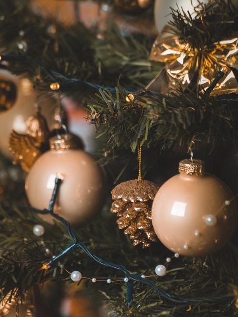Weihnachtsbaum mit goldenem Tannenzapfen