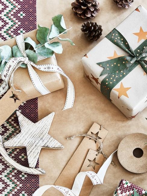 Tannenzapfen als Deko bei Weihnachtsgeschenken