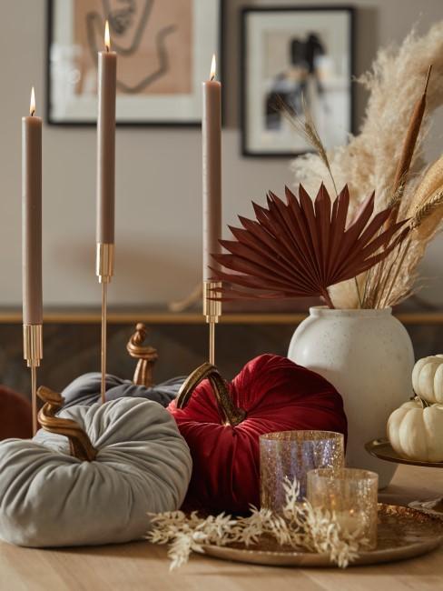 herbstliche Tischdeko mit Kerzen, Kürbissen, Trockenblumen