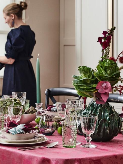 herbstliche Tischdeko in Grün- und Beerentönen