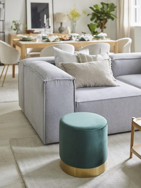 Wohnzimmer mit freistehendem Sofa