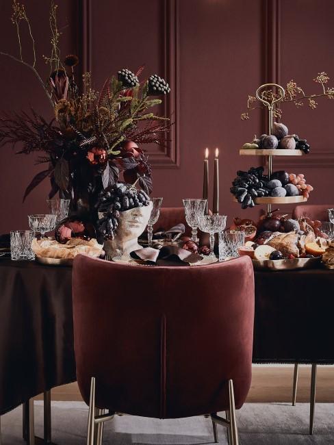 herbstliche Tischdeko mit Blumen, Früchten und Kerzen