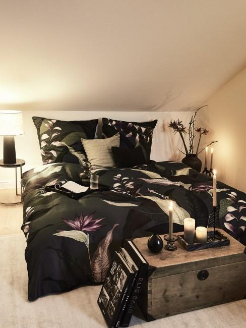 Habitacion en estilo colonia con un baul como pie de cama