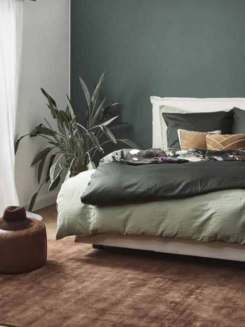Habitacioin decorada en verde con estilo tropical