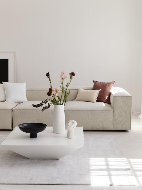 Salón con sofa lennon y una figura afriana
