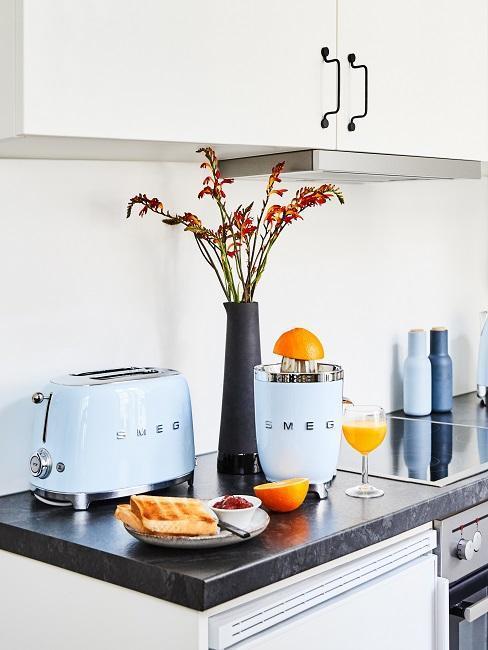 cocina blanca con accesorios azules de Smeg