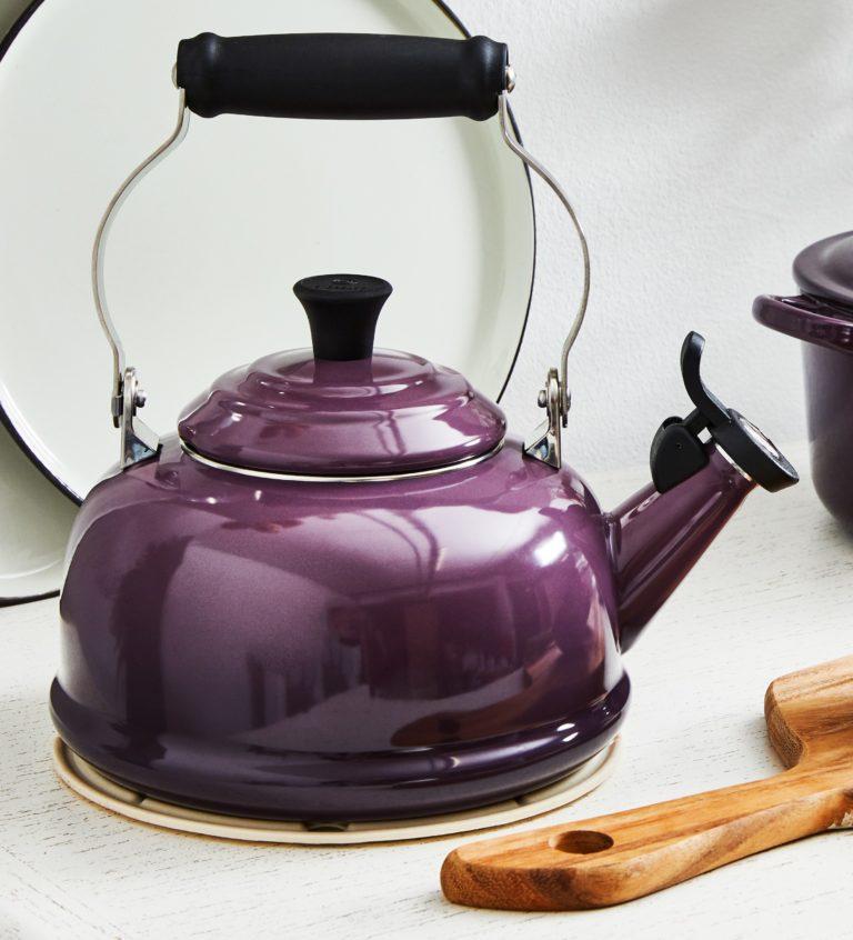hervidor de agua de color morado en estilo vintage