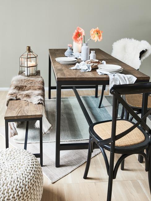 Mesa de comedor de madera oscura con elementos decorativos blancos y beige