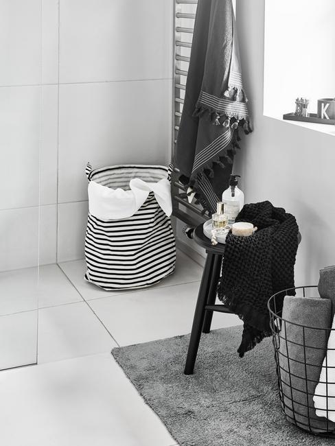Cuarto de lavandería con cesta de la ropa y toallas