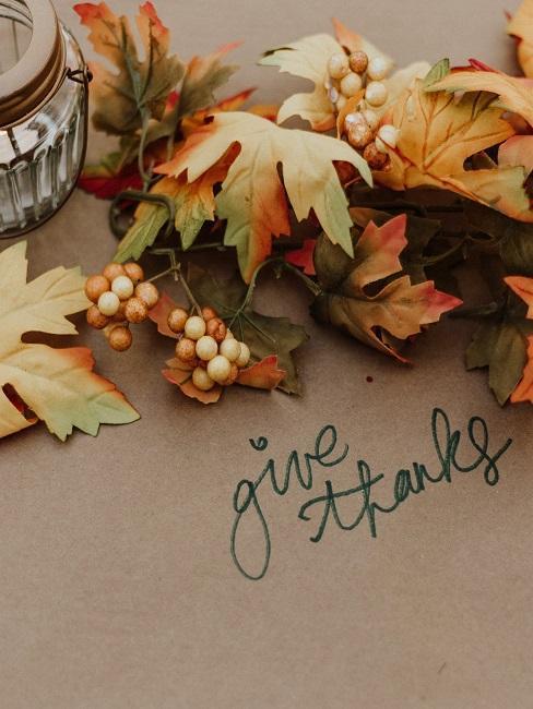 Hojas con mensaje: give thanks