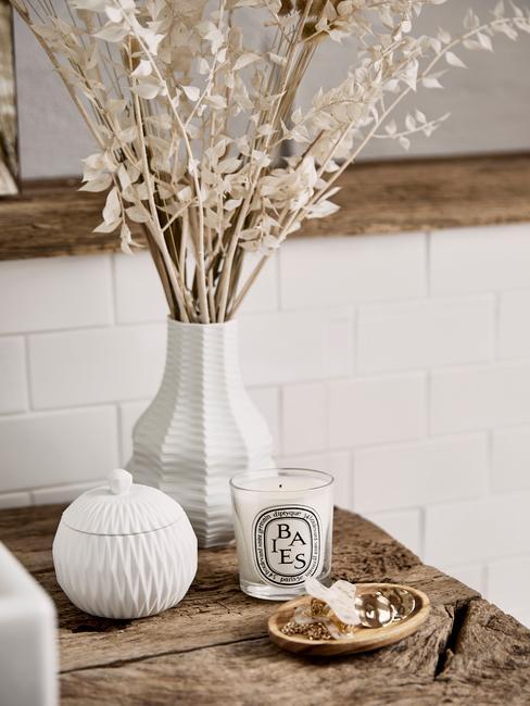 Estante de baño de madera decorado con objetos blancos