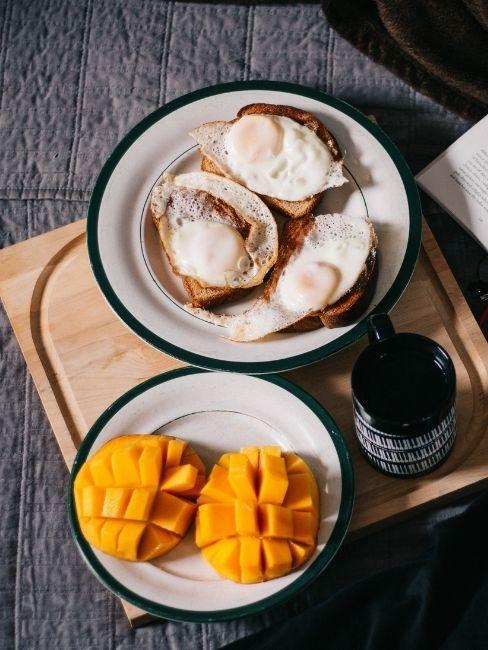 desayuno en la cama con fruta