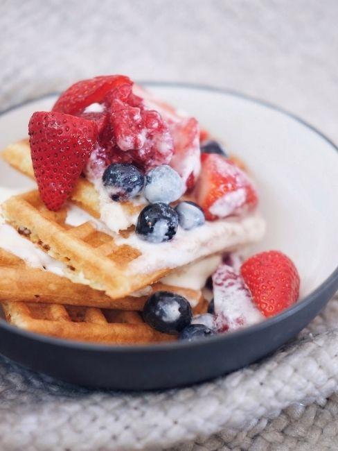 Desayuno en la cama gofres y fruta