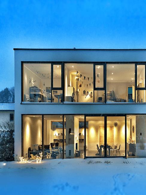 casa grande al estilo moderno con ventanas grandes