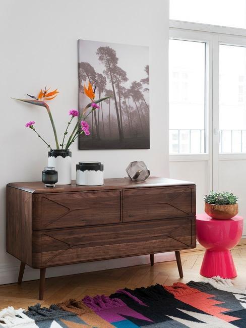 aparador de madera, alfombra boho con estampado colorido