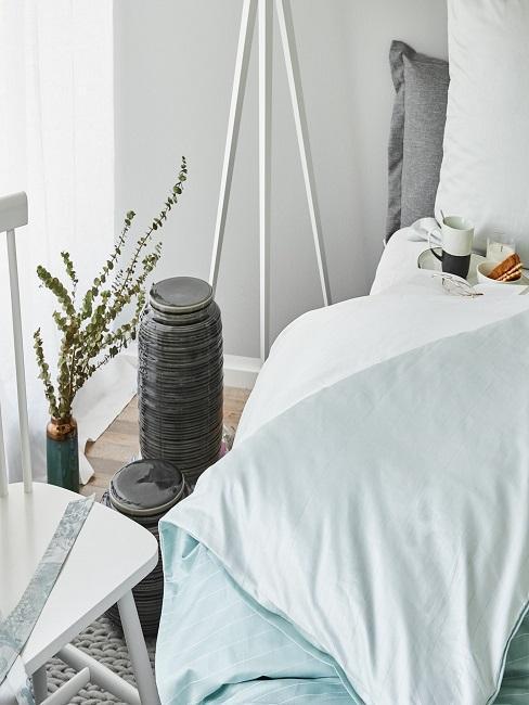 dormitorio pequeño decorado en colores claros
