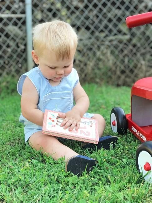 niño pequeño jugando en el jardín
