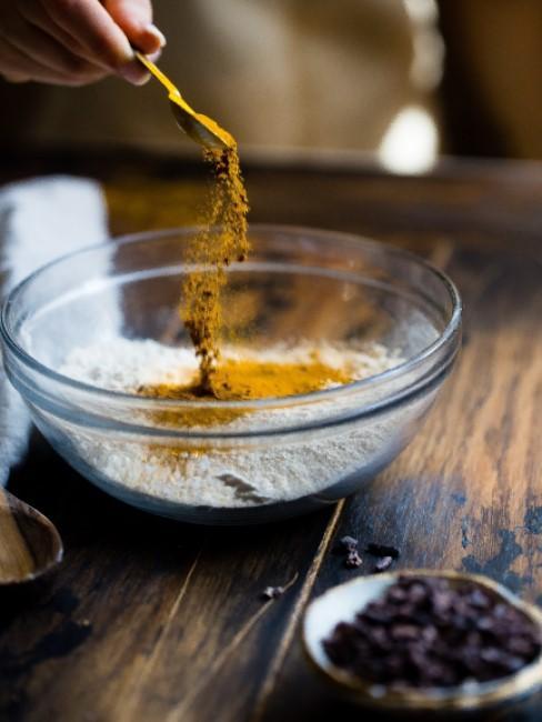 curcuma en un bol mezclada con harina
