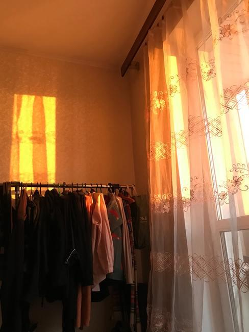 Vestidor junto a ventana con luz de sol poniéndose