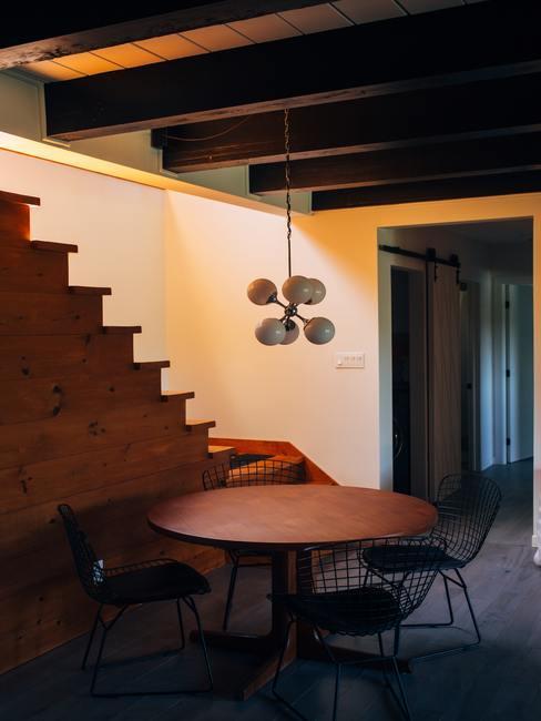 Interior de chalet con decoración de madera y metal