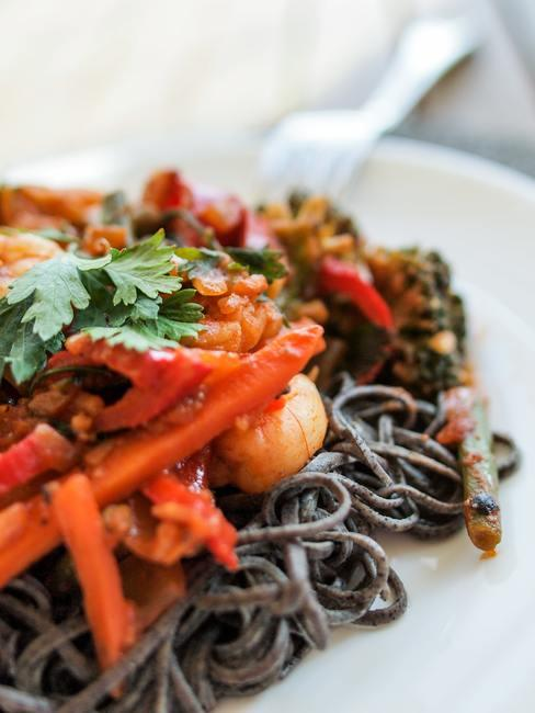 Plato de fideos asiáticos con zanahoras, y cilantro