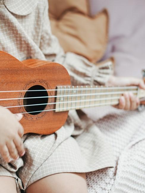 niña tocando la guitarra