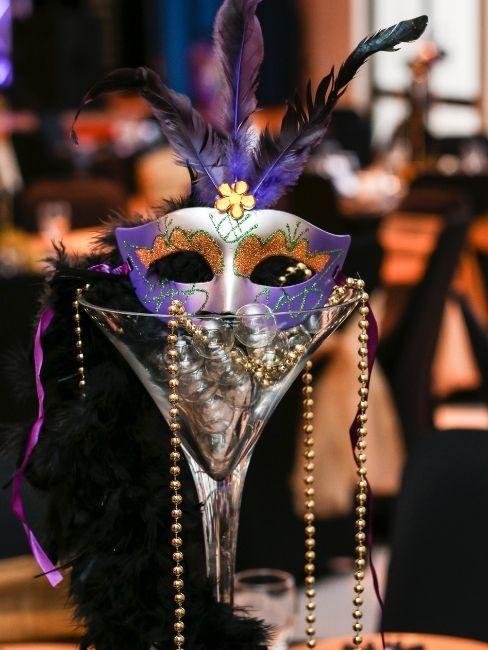 Careta de carnaval típica veneciana en copa