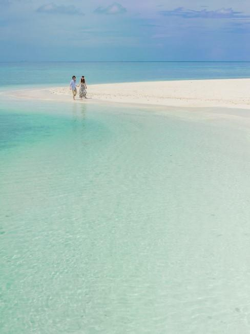 pareja en playa paradisiaca