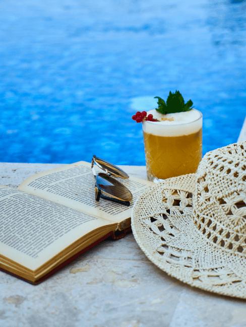 piscina con sombrero y libro