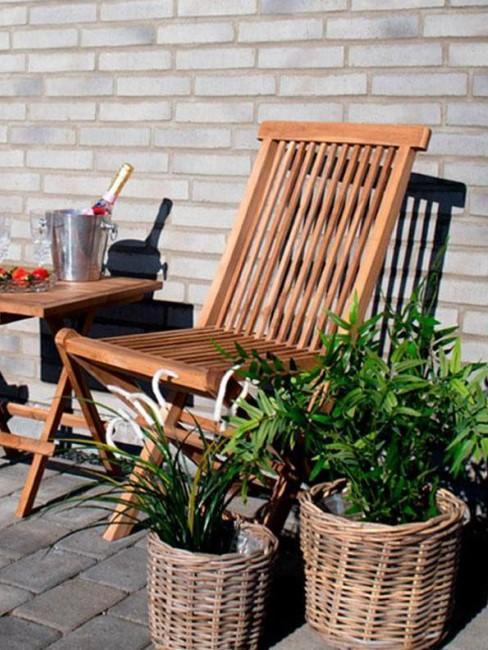 macetas de ratan con silla de madera