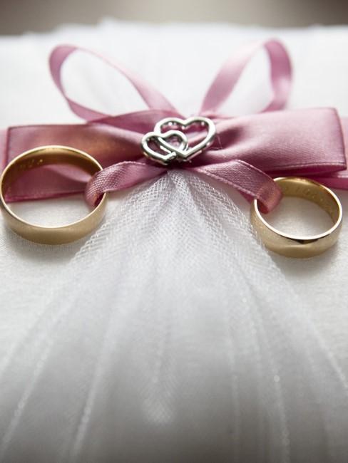 anillos de boda en un lazo