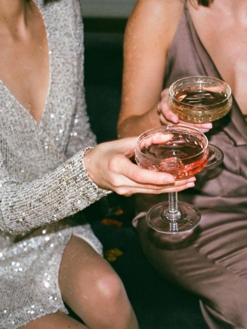 chicas brindando con champan