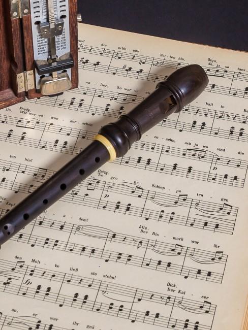 flauta con notas musicales