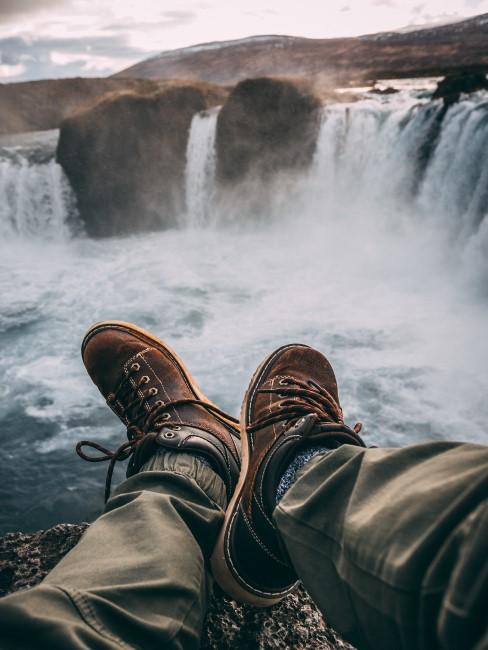 pies en unas cascadas