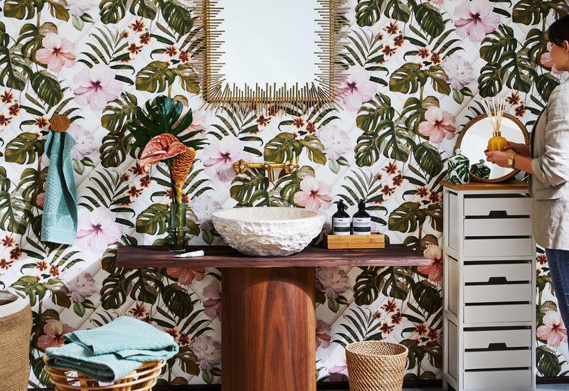 Baño decorado con papel de pared