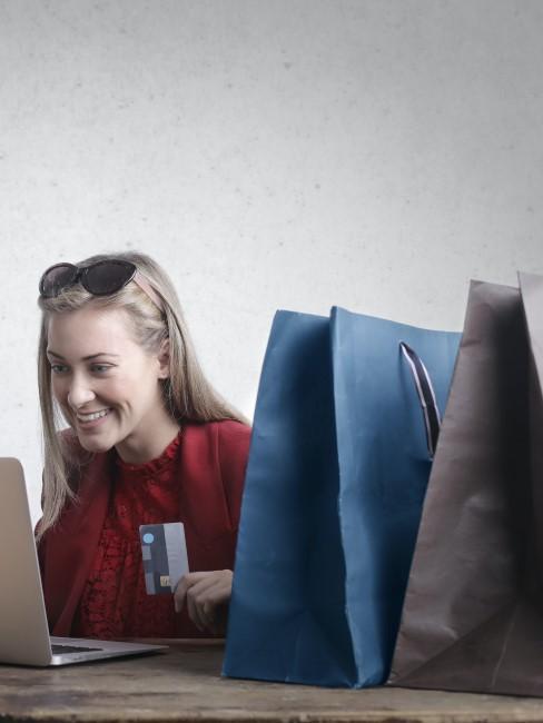 mujer comprando online