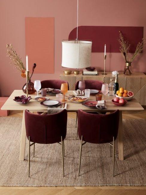 mesa y cuatro sillas de terciopelo en comedor