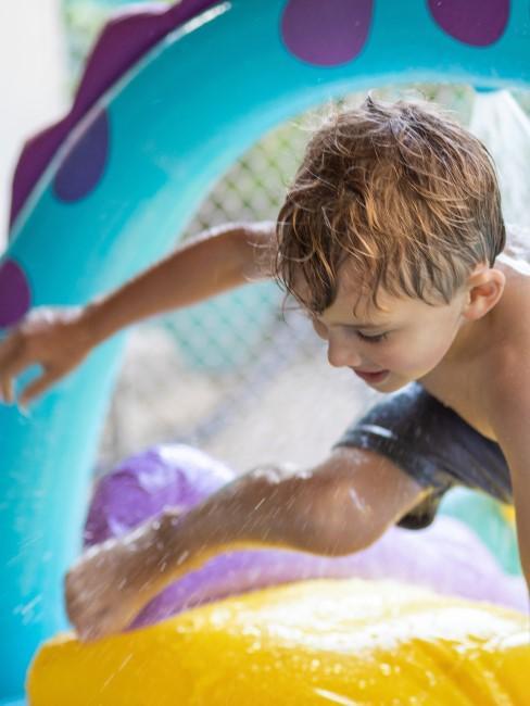 niño jugando con agua