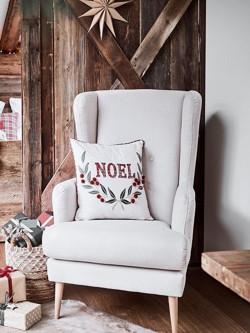 sillón beige con cojín de navidad