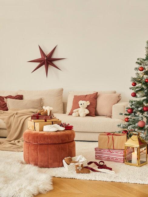 sofá, árbol de navidad y regalos