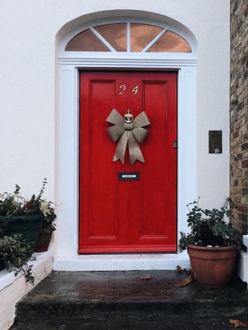 pueta roja decorada con lazo